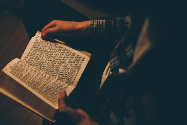 Mann beim Bibellesen
