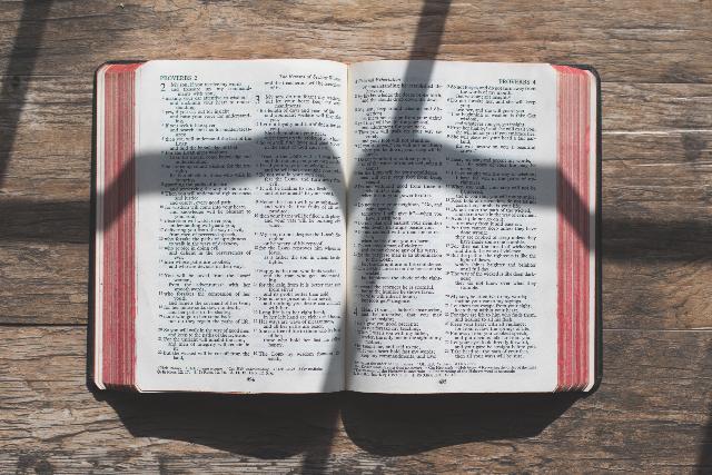 Bibel aufgeschlagen